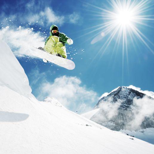 Snowboard Tiefschnee-Sprung
